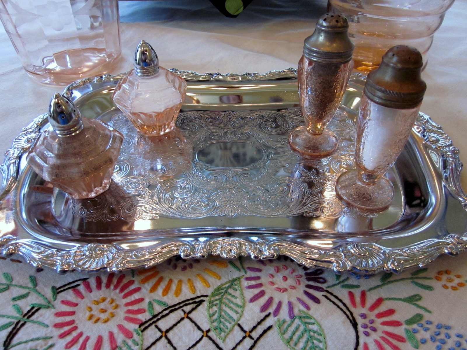 The silver tray with the pink