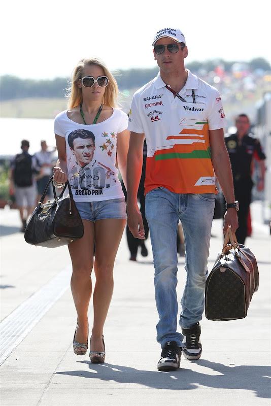Дженнифер Бекс и Адриан Сутиль идут по паддоку Хунгароринга на Гран-при Венгрии 2013