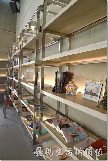 台南森兜風的一片牆壁上有個大書架及置物櫃,這裡有許多的雜誌及書籍可以翻閱。
