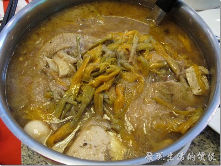 台南-阿美飯店。砂鍋鴨。今天的主角居然最後才上來,雖然是壓軸,可惜沒人動筷子了,底下放了滿滿的臭豆腐一起下去煮。
