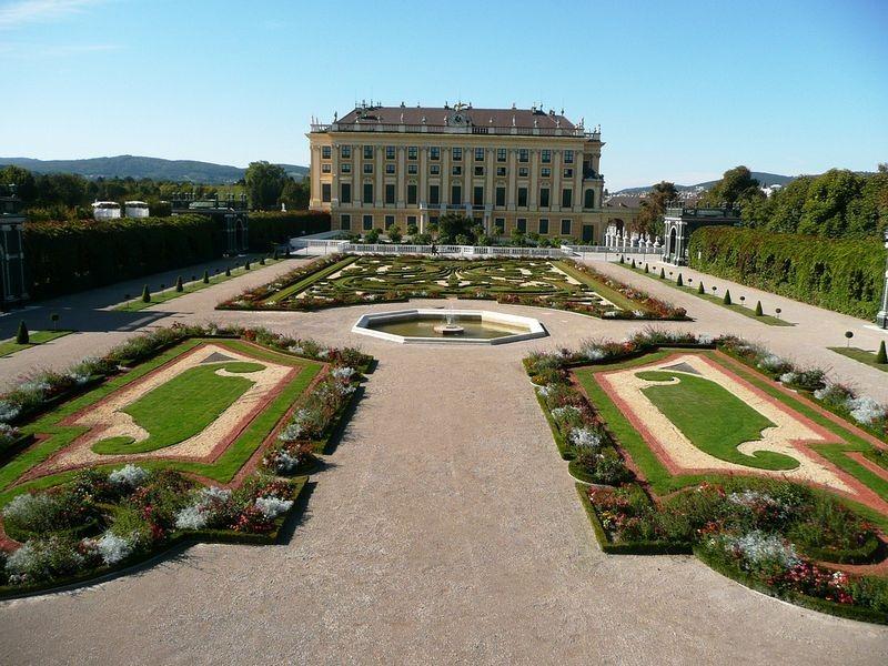 schönbrunn-palace-trimmed-trees-3