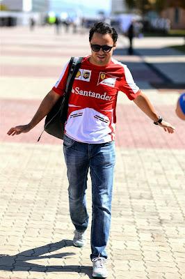 Фелипе Масса летает по паддоку Йонама на Гран-при Кореи 2013