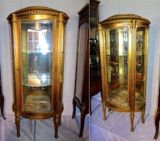 Позолоченная витрина полукруглой формы. 19-й век. 67/32/148 см. 3000 евро.