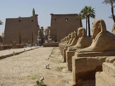 Avenida flanqueada de esfinges (dromos) en la entrada del templo de Luxor. Luxor, Egipto.