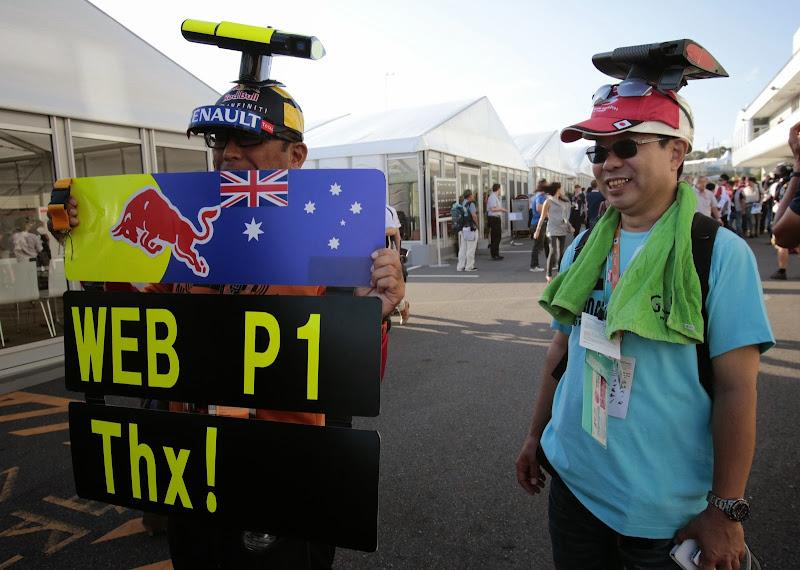 Web P1 Thx - болельщики Марка Уэббера радуются победе в квалификации на Гран-при Японии 2013