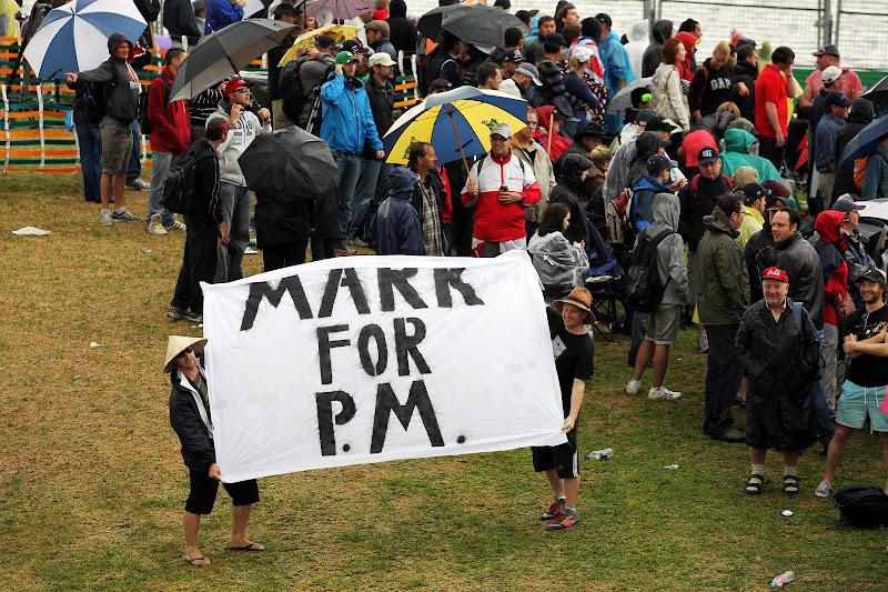 болельщики Марк Уэббера с баннером в поддержку пилота на Гран-при Австралии 2013