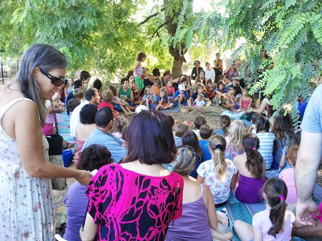 מעגל הילדים וההורים ליד פינת החי.