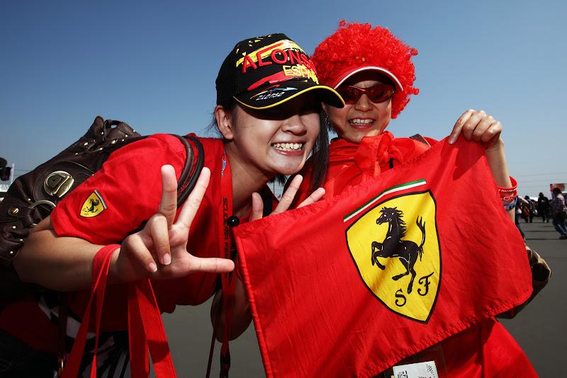 болельщицы Ferrari и Фернандо Алонсо на Гран-при Японии 2011