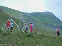 Auf dem Scheitel des Col du Glandon (1924 m). Die Tour de France läßt grüßen.
