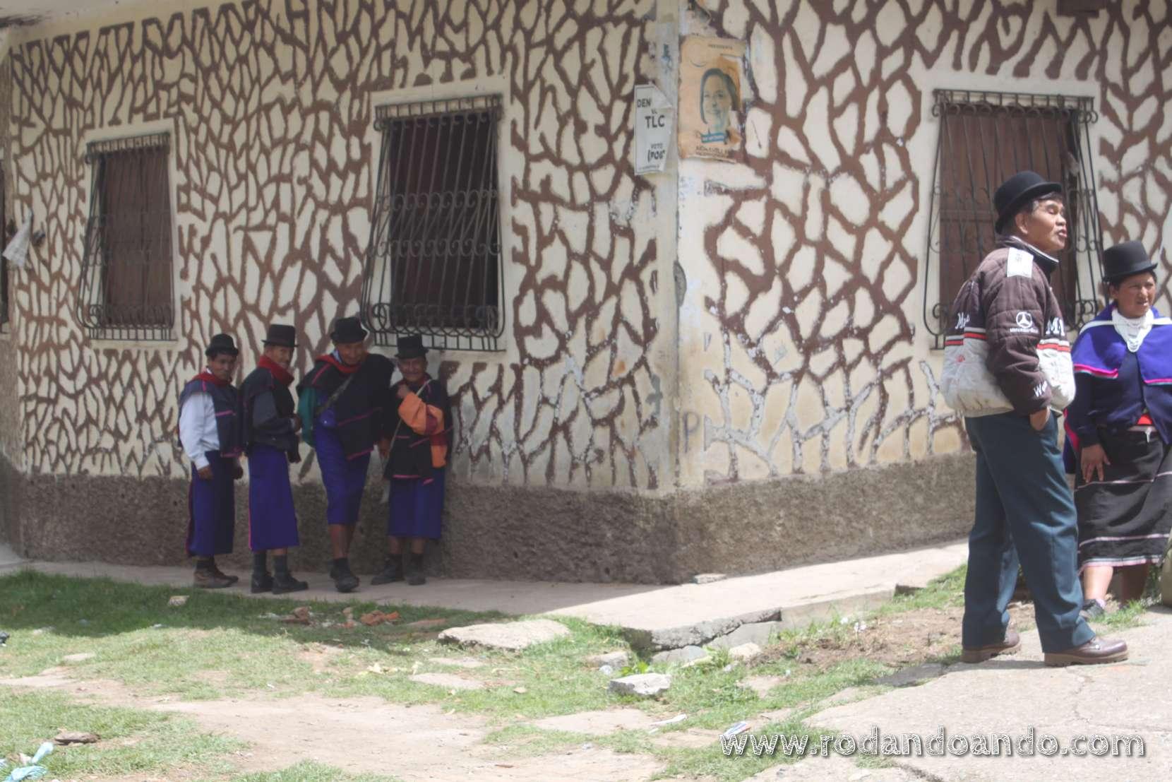 ya comenzamos a ver Guambianos con sus tipicas faldas azules