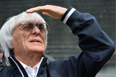 Берни Экклстоун смотрит на баннер Гринписа на Гран-при Бельгии 2013