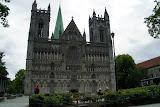 De Nidaros-domkerk of -kathedraal (Nidarosdomen) in Trondheim, geopend sinds het jaar 1152.