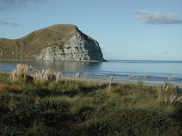 800px-Mahia_Beach_in_the_morning