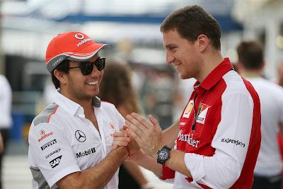 Серхио Перес жмет руку сотруднику Ferrari на Гран-при Бразилии 2013
