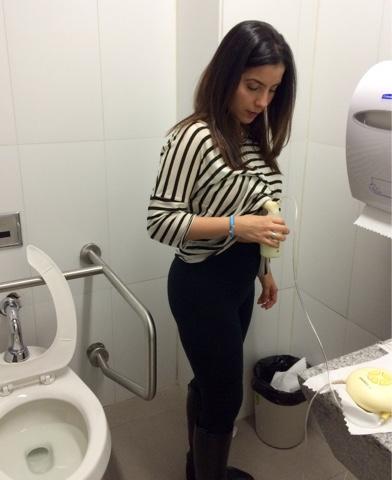 """Alt=""""Mujeres sacandose leche materna en un baño sucio"""""""