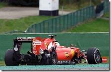 La Ferrari con la gomma forata