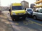 """Quai des Vernets, 25 mars 2011, 8h45: voiture de la ville de Genève, Service du génie civil garé sur la piste cyclable la bloquant dans les deux sens:""""Excusez-moi Monsieur, pourquoi vous vous garez sur la piste cyclable?"""" - """"On s'est permis de se garer là, vu qu'il y a beaucoup de place à côté"""" - """"euh..."""" Edit : l'auteure de la photo a reçu un message d'excuses de la part du Service du génie civil !"""