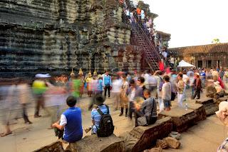 Tłumy przy wejściu na trzeci, najwyższy taras świątyni. Gruba tancerzy w ludowych strojach oferująca zdjęcia ze sobą za odpowiednią opłatą
