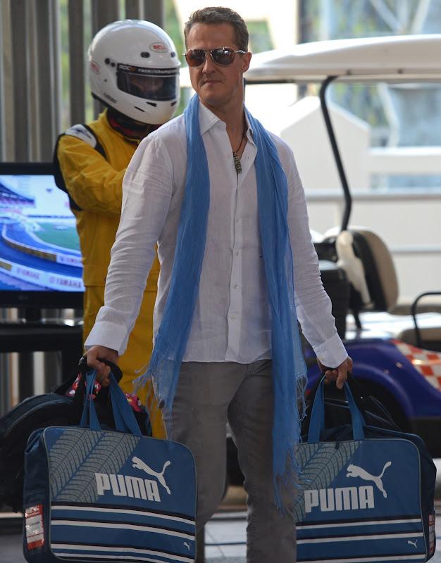 Михаэль Шумахер в длинном голубом шарфе и сумками Puma на Гонке чемпионов 2012