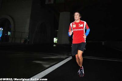 бегущий в темноте Фернандо Алонсо на Гран-при Кореи 2011