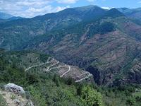 Vom breiten Tal zur schmalen Schlucht: Die Schlucht Gorges de Daluis von Guillaumes nach Entrevaux. Der besseren Sicht in die Schlucht wegen lohnt ein kurzer Abstecher auf der D88 hoch nach Villeplane.