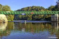 Osada u Mostu je 500m vlevo,  Šemnice vpravo 1km. Pod mostem peřeje.