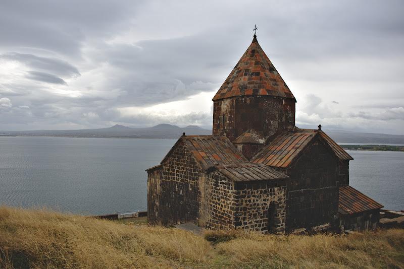 Manastirea Sevan, asezata la fel ca toate manastirile din Transcaucazia intr-un loc cel putin pitoresc.