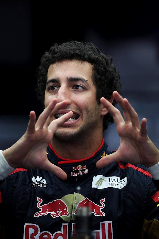 жестикулирующий Даниэль Риккардо на Гран-при Малайзии 2012