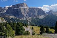 Kurz vor dem Scheitel des Sellajoch (2244m) auf der Ostrampe. Gewaltige Bergstöcke der Sellagruppe.