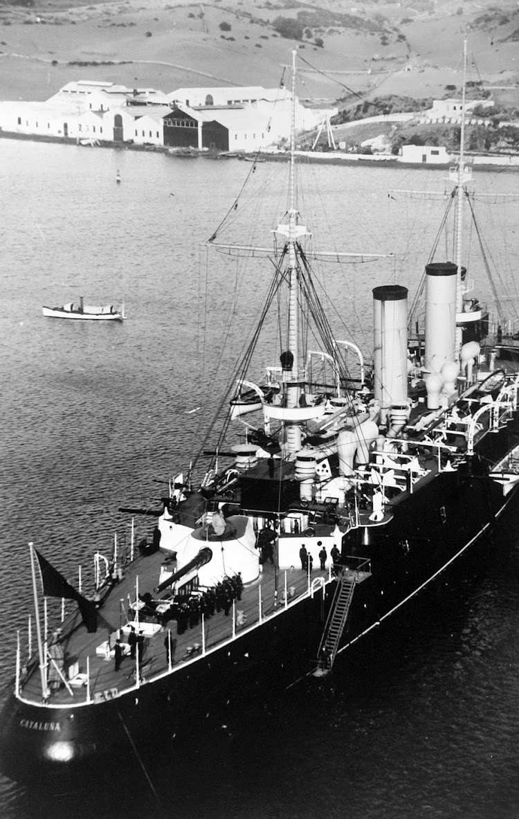 El crucero acorazado CATALUÑA en Mao. Foto cedida por Alfonso Buenaventura Pons. Nuestro agradecimiento.jpg