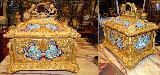 Красивая шкатулка из бронзы. 19-й век. Бронза, позолота, разноцветная эмаль. 35/26/37 см. 4900 евро.