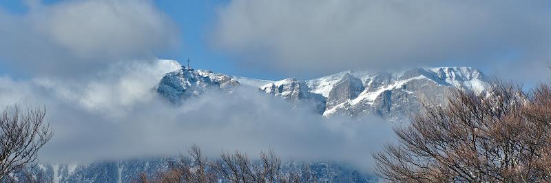 Costila ascunsa sub un nor, si panorama asupra abruptului prahovean.
