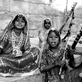 RAJASTHANI BANJARA GIRLS by Srabani Mitra - People Musicians & Entertainers ( music, girl, rajasthan, people, entertainment )