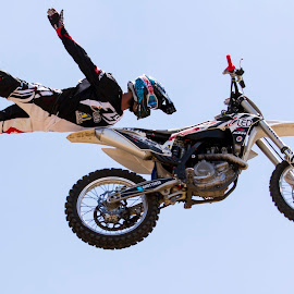 Look no hands by Michael Roselt - Sports & Fitness Motorsports ( extreme, motorcyclle, offroad, fmx, no hands )