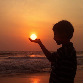 Holding the sun ................. by Aroon  Kalandy - Instagram & Mobile Other (  )