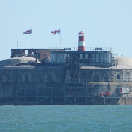 spitbank fort by Nick Parker - Buildings & Architecture Statues & Monuments ( water, flag, lighthouse, solent, fort )