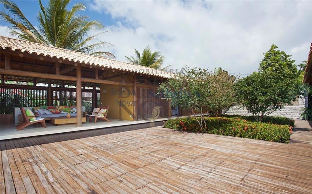 Casa rodeada por  lindo jardim com vista para o mar.