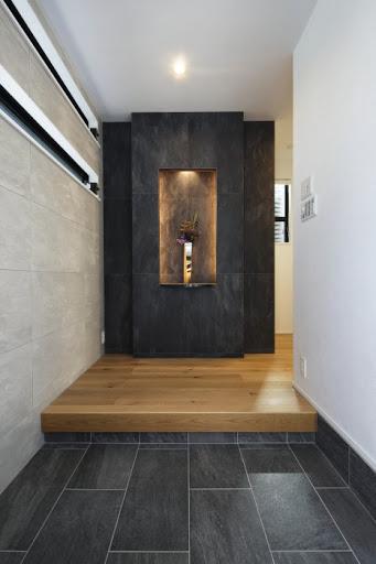 【玄関】正面に飾り棚を造作したことで、華やかな玄関に。