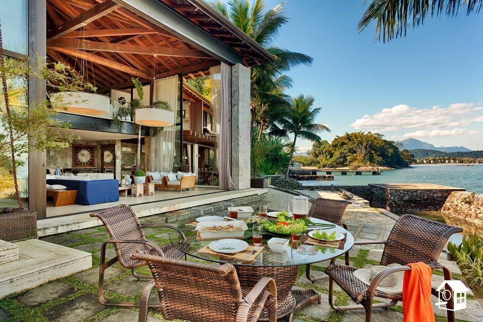 Angra dos Reis / Ilha do Jorge - Casa Cinematográfica Terreno 3.000m²  AC 1.200m²  07 Suítes para Venda.