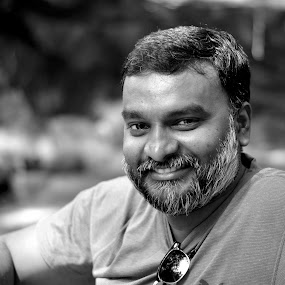 Jason Fredrik... Shares a lighter moments... by Vinod Rajan - Black & White Portraits & People ( glass, men, cool, model, black and white, portrait, look, smile,  )