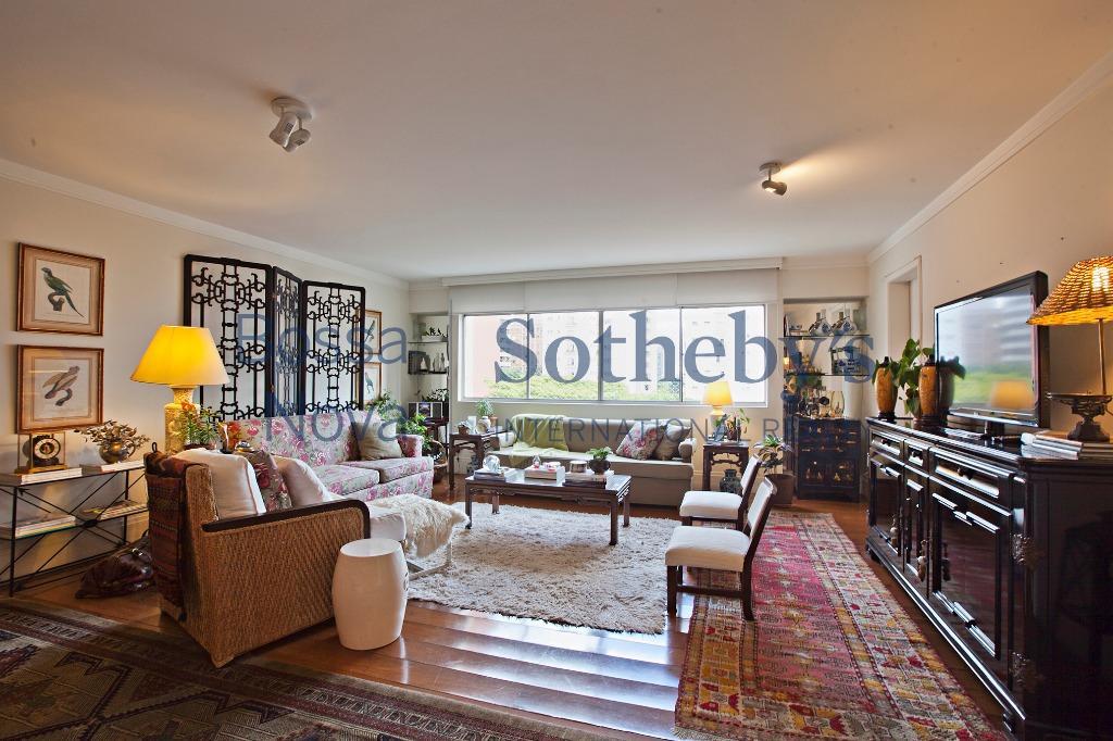 Apartamento reformado, iluminado com janelões e cozinha americana