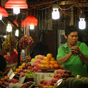 pedagang buah by Anton Adhitian Nurgraha - People Street & Candids ( pwchandshake-dq )