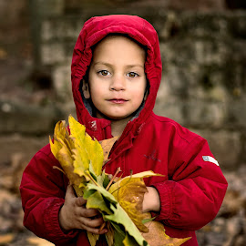 Aleix and leaves by Esteban Rodriguez - Babies & Children Child Portraits ( love, red, leaves, children, cute )