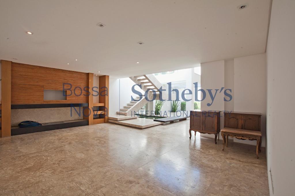 Casa com acabamentos diferenciados, com estilo e ótima localização.