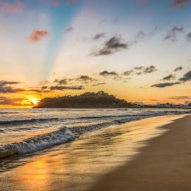 sunrise in ilhota beach by Rqserra Henrique - Landscapes Beaches ( clouds, brazil, rqserra, wave, beach, sunrise, sun )