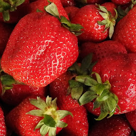 Srtawberries by Ana Paula Filipe - Food & Drink Fruits & Vegetables ( fruit, red, food, strawberries, close )
