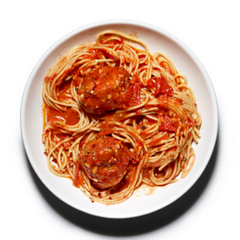 Turkey meatballs with quick And spicy tomato sauce and whole-wheat ...