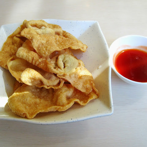 Wonton Chips with Sweet Chili Sauce