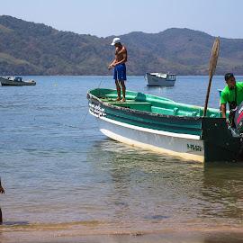 When I grow up by Alejo Cedeno - People Street & Candids ( water, waterscape, motorboat, sea, pacific, ocean, travel, beach, boat, documenting, island, kid, panama, child, fishermen, watching, lifestyle, islagobernadora )
