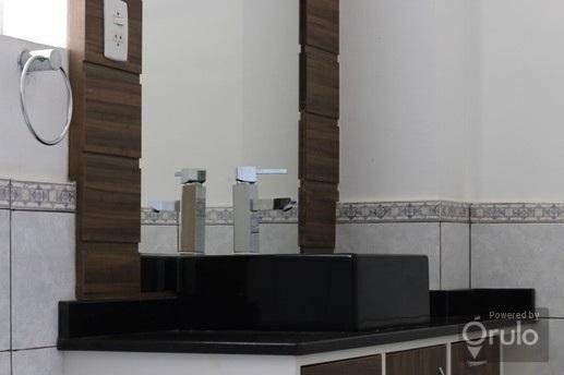 Apartamento de 3 dormitórios, living 2 ambientes, cozinha, área de serviço, sacada, banheiro social. Com área privativa de 84 m e todo reformado. Ficam os móveis que aparecem nas fotos. Edifício com elevador e portaria. Localizado no Centro de Porto Alegre. Agende hoje mesmo uma visita com um de nossos consultores.